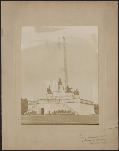 [Photograph of Mead's Lincoln monument in Springfield Illinois.]