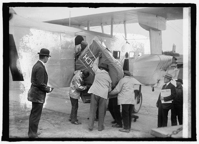 Pianos arrive by airplane, Bowling Field [i.e., Bolling Field, Washington, D.C.], 4/23/25