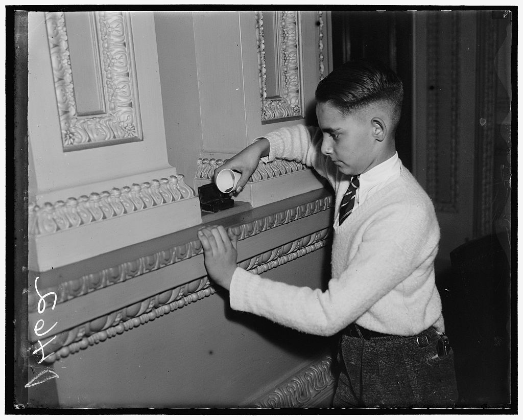Snuff snuff. Washington, D.C. Jan. 2. One of the Capitol pages of the Senate is shown filling the snuff boxes that are in the Senate Chamber which have been there for years and from tradition are always filled at the opening of Congress. These snuff boxes are in the niches around the Senate chamber in places for easy access of all the Senators