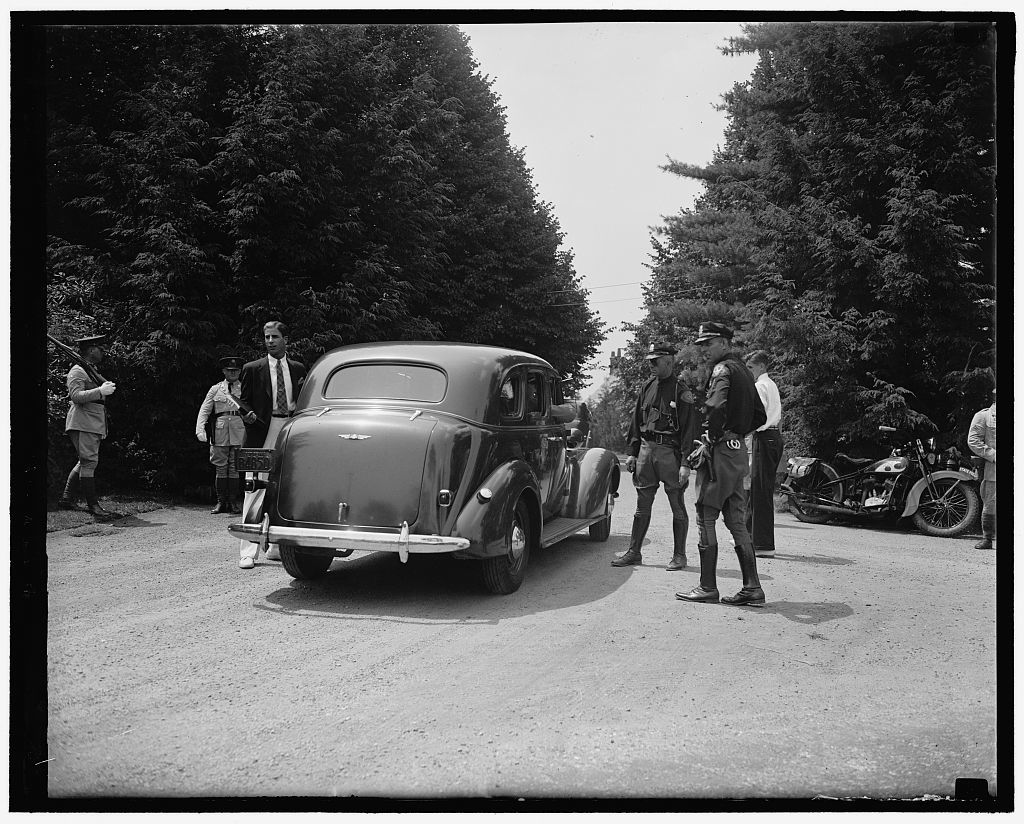 [Soldiers guard Dupont home. Wilmington, Del. July 1. A cordon of soldiers aided state troopers in guarding the entrance to Owl's Nest, Dupont estate, as guest arrived for the Roosevelt-Dupont wedding yesterday, 7/1/37]