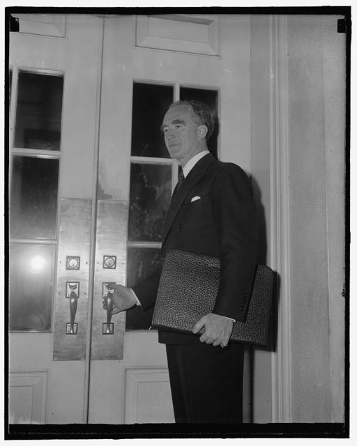 White House visitor. Washington, D.C., July 20. A snap of Attorney General Murphy as he entered the White House door to keep an appointment for lunch with President Roosevelt today, 7/20/39