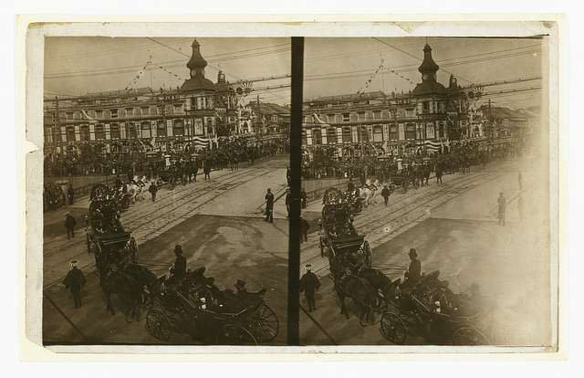 [Carriages carrying Admiral Togo, naval officers, and government officials during Togo's official visit to Tokyo in Oct., 1905]