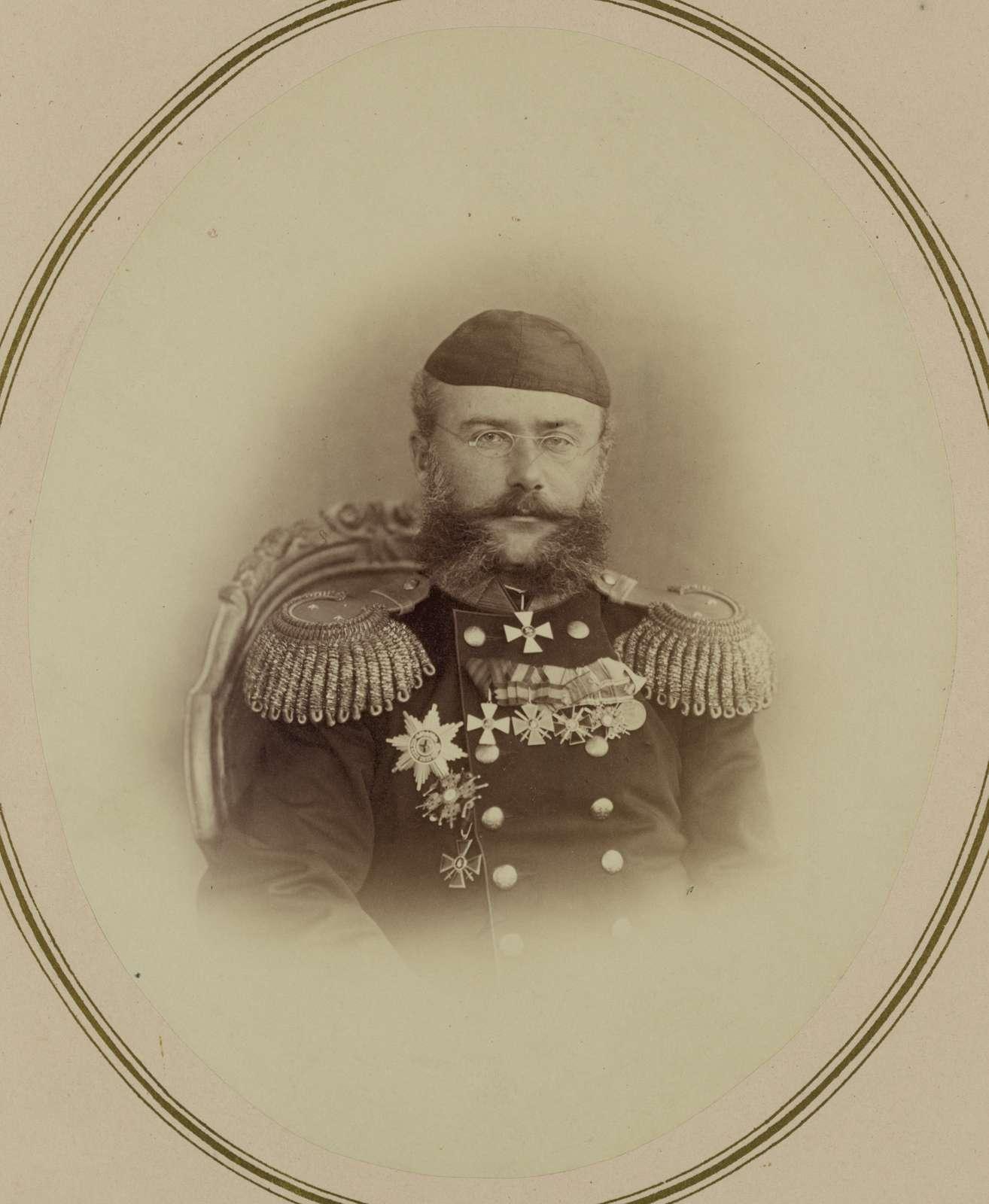 Georgievskie kavalery ordena 3i stepeni. Nachal'nik zaravshanskago okruga general-maior A. K. Abramov