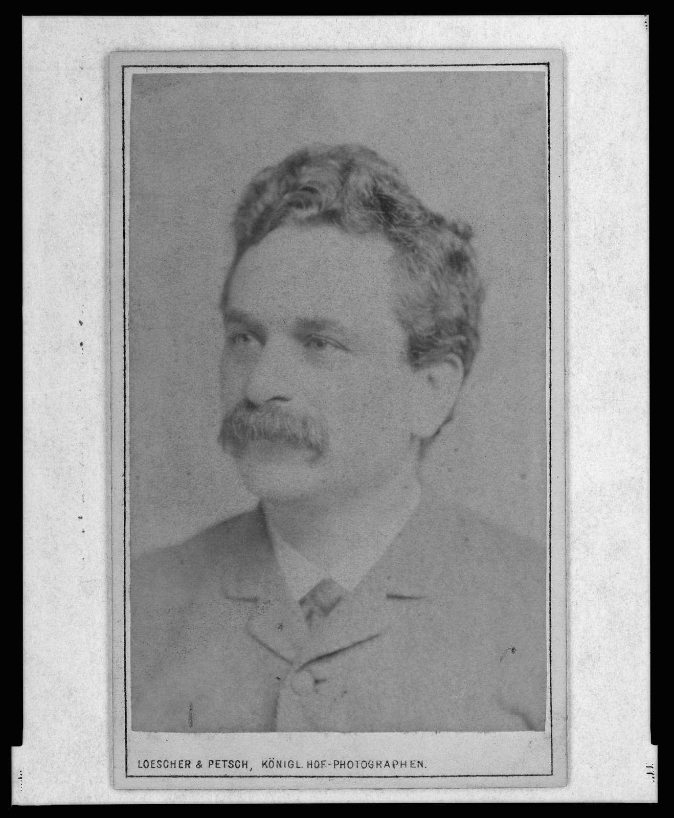 [Emil Blum, head-and-shoulders portrait, facing left] / Loescher & Petsch, Königl. Hof-Photographen.