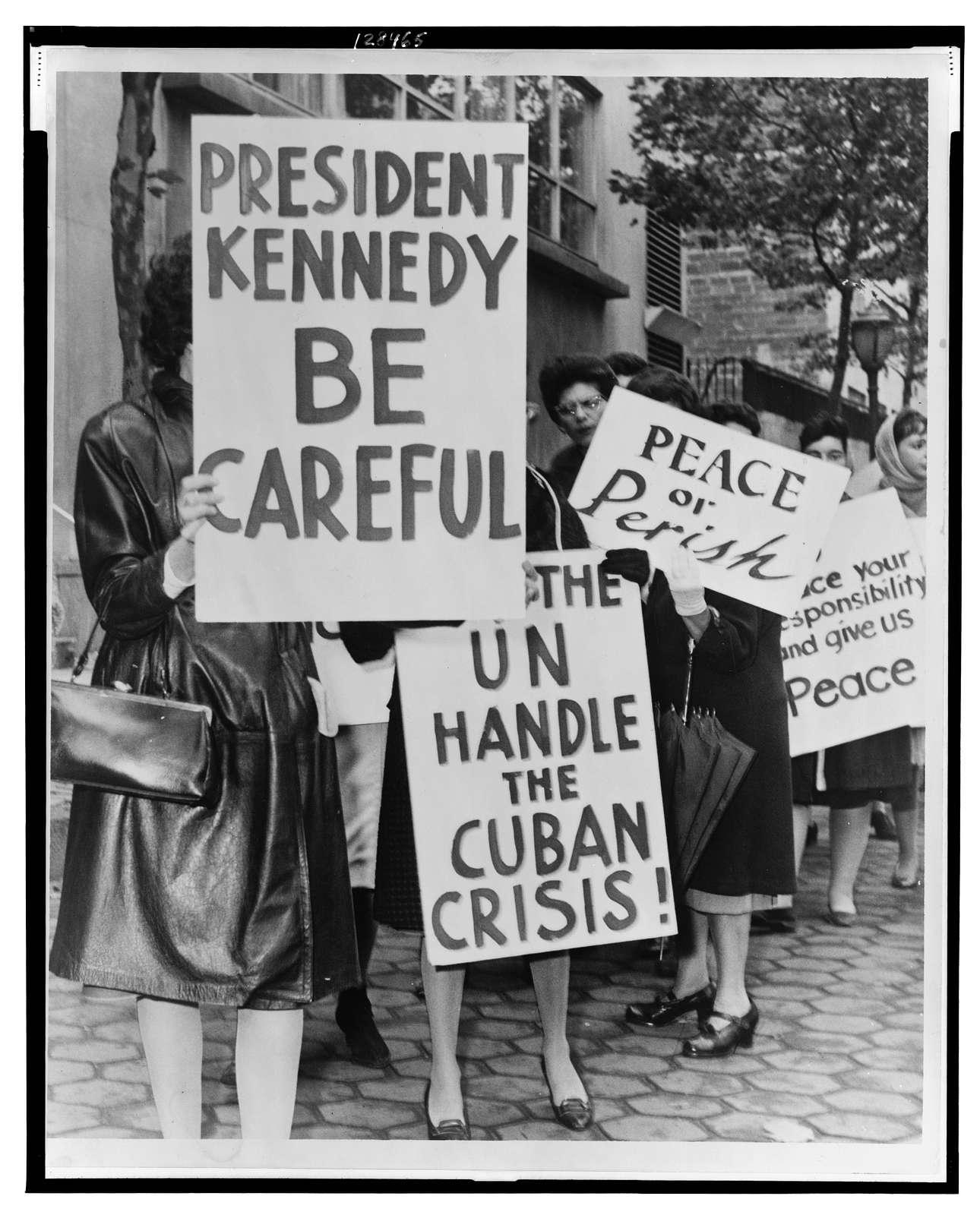 800 women strikers for peace on 47 St near the UN Bldg / World Telegram & Sun photo by Phil Stanziola.