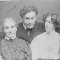 [Harry Houdini with his wife Beatrice and mother Cecilia Steiner Weiss, half-length portrait]