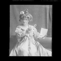 Portrait photograph of Minnie Maddern Fiske as Becky Sharp