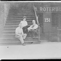 [Houdini with the Roterbergs, full-length portrait, seated on stoop, facing front, Chicago, Illinois]