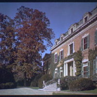 Dumbarton Oaks. Entrance to Dumbarton Oaks, side angle