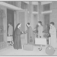 Dunbarton College. Arrival of students at the door of Dunbarton College