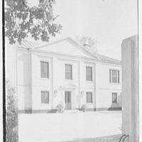 Mrs. William E. Clow, Jr., residence in Lake Forest, Illinois. Entrance court II