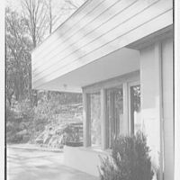Haut, residence at 305 Shore Rd., Greenwich, Connecticut. View of overhang